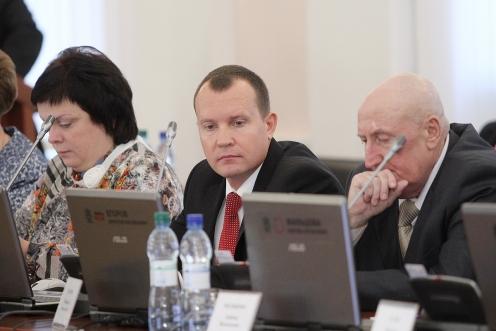 Олег Брячак (в центре). Фото пресс-службы Псковского областного Собрания