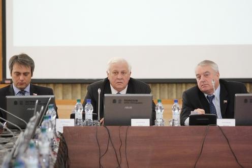 Борис Полозов (в центре). Фото пресс-службы Псковского областного Собрания